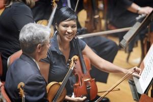 """Tanesha Mitchell Baltimoresta (oikealla) keskustelee BSO:n viulistin Greg Mulliganin kanssa ensimmäisen """"Rusty Musicians"""" -session aikana. (Baltimore Sun. Kuva: Kenneth K. Lam)"""
