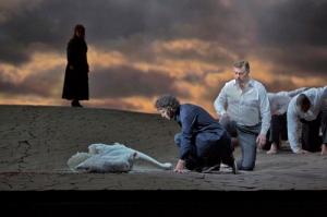 Parsifal (Jonas Kaufman) on epähuomiossa tappanut pyhän joutsenen. Gurnemanz (René Pape) on vihainen. Kuva: Ken Howard/Met Opera
